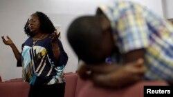 2014年10月5日德克萨斯州达拉斯医院: 托马斯·埃里克·邓肯正在与埃博拉病毒搏斗。教友为邓肯祈祷。