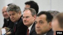 James Lyons (tengah), direktur Divisi Keamanan Instalasi Nuklir Badan Tenaga Atom (IAEA) dan delegasi ahli nuklir PBB lainnya di Tokyo (23/1).