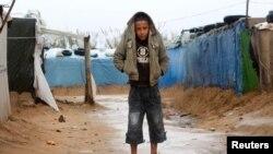 پناہ گزین کیمپ میں مقیم ایک شامی بچہ