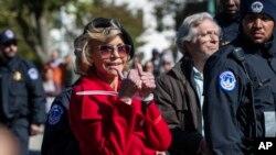 Aktris Jane Fonda saat ditahan karena berdemo di depan Capitol Hill in Washington, 18 Oktober 2019.