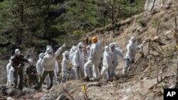 3일 프랑스 응급구조팀이 여객기 추락 현장에서 작업 중이다.