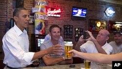 지난 8월 오하이오주 시더폴즈에 있는 술집 펌프 하우스를 들러 맥주를 마시고 있는 바락 오바마 미 대통령(자료사진)