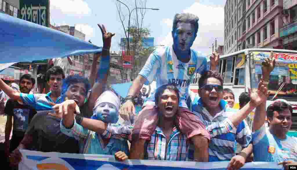 Enthusiastic crowds of young World Cup fans paint the flag of Argentina on their faces, Bangladesh, June 10, 2014. (VOA)