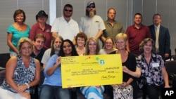 Nueve mujeres y siete hombres se ganaron el Power Ball. Cada uno recibirá 3,8 millones de dólares, después de pagar impuestos.