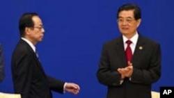 2011年4月15日日本前首相福田康夫和中国国家主席胡锦涛(右)在博鳌亚洲论坛