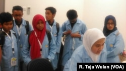 Para siswa peserta workshop Nanosains dan Nanoteknologi mengikuti sesi penelitian di laboratorium Pusat Penelitian Nanosains dan Nanoteknologi (Foto: VOA/R. Teja Wulan)
