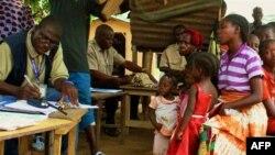 Các viên chức Văn phòng Di trú đăng ký những người chạy lánh nạn