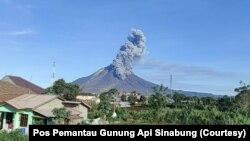 Gunung Sinabung di Kabupaten Karo, Sumut, erupsi dengan mengeluarkan abu vulkanis setinggi 1.500 meter, Minggu 23 Agustus 2020. (Foto: Courtesy/Pos Pemantau Gunung Api Sinabung)