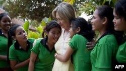 Một nhóm các cô gái đến ôm Ngoại trưởng Mỹ Hillary Clinton khi bà viếng thăm trung tâm hồi phục do Hoa Kỳ tài trợ, Siem Reap, 31/10/2010
