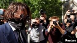 L'acteur Johnny Depp arrive à la Haute Cour de Londres, en Grande-Bretagne, le 7 juillet 2020.
