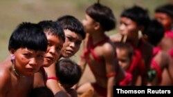 En la imagen miembros del grupo indígena Yanomami, en Alto Alegre, Brasil, que es el país con mayor número de contagio de coronavirus en Latinomérica.