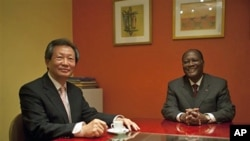 UN Secretary General's Special Representative in Ivory Coast, Young-jin Choi (l) and President Alessane Ouattara at the Golf Hotel in Abidjan (file photo)