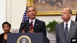 سهرۆک ئۆباما له گهڵ وهزیری داد، لۆرێتا لینچ و وهزیری ئاسایشی نیشتمانی جهی جانسن، 25ی نوامبری 2015ی زاینی.