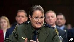 Carla Provost, jefa interina de la Patrulla Fronteriza de Aduanas de EEUU, habla durante una audiencia del Senado, en Washington el 31 de julio de 2018. (AP Foto/J Scott Applewhite, Archivo)