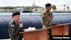 이순진 한국 합동참모본부 의장(왼쪽)과 빈센트 브룩스 미한 연합사령관이 1일 태평양 괌 기지를 방문해 공동기자회견을 하고 있다.