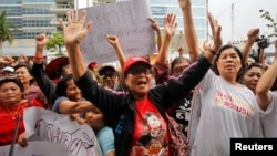 5月7日,英祿的支持者在泰國國防部前舉行示威活動