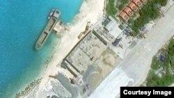 Vietnam memperpanjang landasan pacu di sebuah pulau di Laut China Selatan serta membangun hangar baru (foto: satelit).