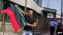 Državljanin Libije koji živi u Bosni i Hercegovini slavi uspeh pobunjenika u Tripoliju ispred ambasade Libije u Sarajevu, 22. avgust 2011.