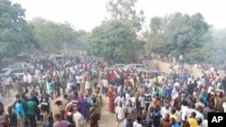 Multidão em pavor depois do ataque a bomba contra uma igreja cirstã da Boko Haram que fez 3 vitimas mortais na cidade de Jos este Domingo