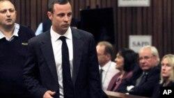 여자친구 살해 혐의를 받고 있는 남아공의 '의족 스프린터' 오스카 피스토리우스가 3일 열린 재판에서 피고인석에 들어서고 있다.
