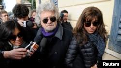 五星運動黨的領導者和喜劇演員格里洛和他的妻子星期一在意大利熱那亞投票