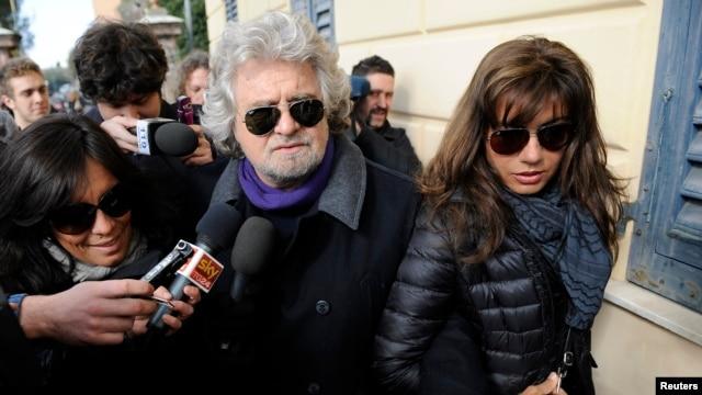 Diễn viên hài Beppe Grillo lãnh đạo nhóm Phong trào Năm Sao đi bỏ phiếu ở Genoa, Ý, 25/2/13