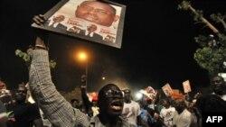 Wafuasi wa mgombea wa upinzani Macky Sall washerehekea ushindi wake mjini Dakar March 25, 2012.