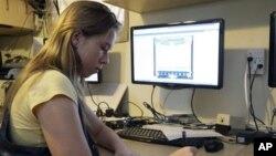 Celestial McBride mengikuti kelas online dari rumahnya di kota Mims, negara bagian Florida, AS (foto: dok). Kuliah online diharapkan mampu mengatasi mahalnya biaya kuliah di Amerika.