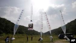 지난해 9월 탈북자들이 경기도 파주에서 북한의 핵실험을 비난하는 집회를 하는 도중 김정은 북한 국무위원장을 비난하는 내용의 전단지를 살포하고 있다. (자료사진)
