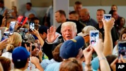 Presiden Donald Trump menemui sejumlah warga Puerto Riko korban badai, (03/10/17).