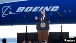 Američki predsednik Donald Tramp tokom prošlogodišnje posete kompaniji Boing