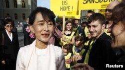支持者在瑞士议会大厦前欢迎昂山素季