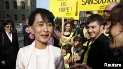 昂山素姬受到支持者歡迎。