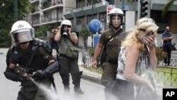 경제정책 반대시위를 저지하는 그리스 경찰