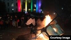 Cảnh sát không can thiệp khi có bạo động nên buổi nói chuyện của Milo Yiannopoulos đã bị hủy bỏ vào giờ chót. (Ảnh: Bùi Văn Phú)