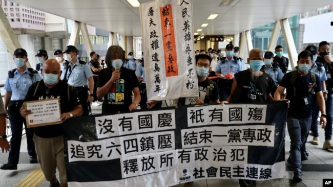 香港民主派活动人士梁国雄、曾健成、古思尧等举行了中国国庆日的抗议活动。(2020年10月1日)