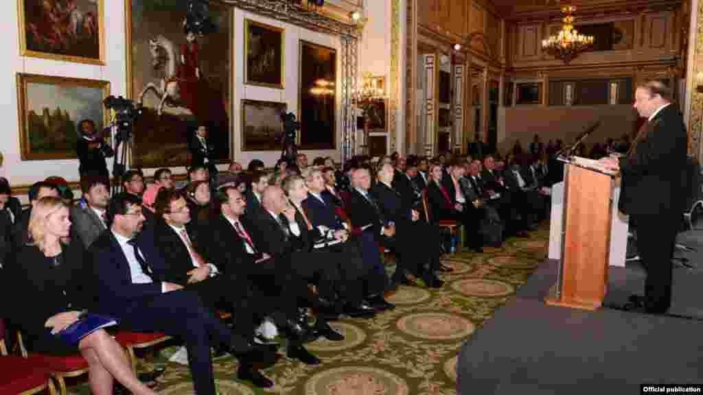 وزیراعظم نواز شریف نے کہا کہ پاکستان اور افغانستان دہشت گردی کے خلاف'مشترکہ دشمن' کے طور لڑیں گے۔