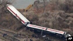 La scène du désastre, montrant le train Metro-North passenger sorti des rails dans le Bronx