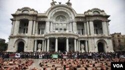 Los manifestantes se desvistieron durante la manifestación y se acostaron en una plaza pública de la Ciudad de México.