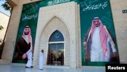 Qirol Salmon bin Abdulaziz va valiahd shahzoda Muhammad bin Salmon suratlari aks etgan bino, Riyod, Saudiya Arabistoni, 9-noyabr, 2017-yil.