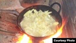 Các phát hiện mới cho thấy việc sử dụng các nhiên liệu độc hại trong các bếp lò thiếu hiệu năng, những lò sưởi ấm nhỏ, hay thắp đèn là nguyên do gây ra nhiều cái chết yểu mạng.