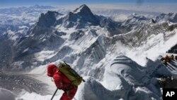 Seorang pendaki gunung di Gunung Everest (Foto: dok). Tujuh pendaki gunung asal Nepal telah merampungkan misi sebagai tim pertama yang semua anggotanya perempuan dan sukses mendaki gunung-gunung tertinggi di tujuh benua.