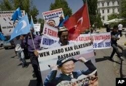 住在土耳其的维吾尔人7月5日举着标语到中国驻安卡拉大使馆前示威,纪念新疆骚动两周年