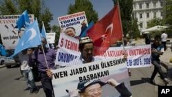 住在土耳其的维吾尔人7月5日举着标语到中国驻安卡拉大使馆前示威,纪念新疆骚乱两周年