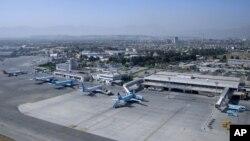 یک مقام امنیت ملی افغانستان گفته است که هشت راکت بر میدان هوایی بین المللی حامد کرزی پرتاب شده است