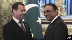 Pakistan's President Asif Ali Zardari (r) and Russian President Dmitry Medvedev shake hands during their Kremlin meeting, May 12, 2011