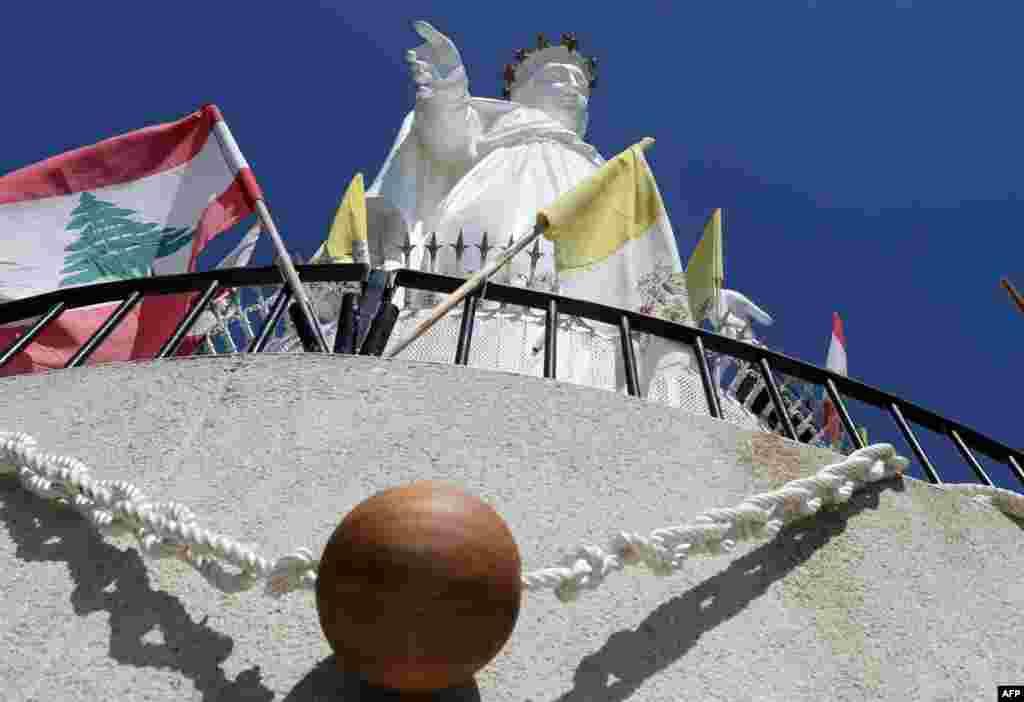 ខ្សែអង្កាំប្រវែង២គីឡូម៉ែត្រ ដែលជាខ្សែអង្កាំវែងជាងគេក្នុងពិភពលោក ត្រូវបានព្យួរនៅជុំវិញកន្លែងសក្ការៈបូជា Marian ក្នុង Our Lady of Lebanon នៃភូមិ Harissa ភាគខាងជើងឆៀងខាងកើតទីក្រុង Beirut ប្រទេសលីបង់។