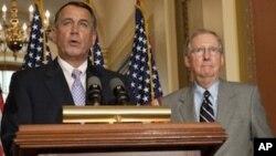 美国众议院议长贝纳(左)和参议院少数党领袖麦康奈尔周六在国会上的记者会上