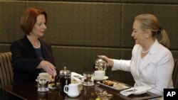 Perdana Menteri Australia Julia Gillard (kiri) menjamu Menteri Luar Negeri Amerika, Hillary Clinton di Perth, Australia (13/11).