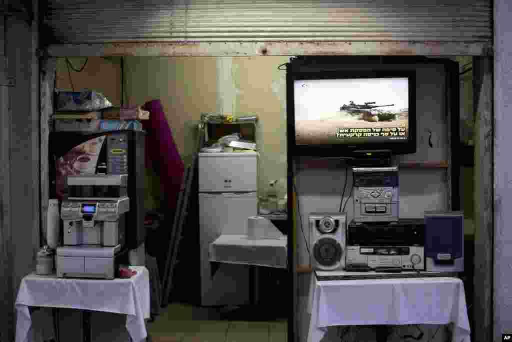 İsrail kafesindəki televiziya ilə Fələstinlə döyüşlər nümayiş etdirilir - Tel-Əviv, 17 iyul, 2014